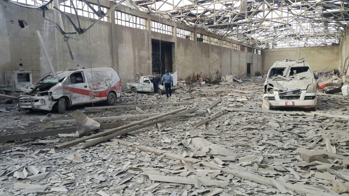 Due ambulanze nel quartiere di Al-Marj, Ghouta orientale vicino Damasco, distrutte da un attentato aereo lunedì 05.12.2016 © MSF